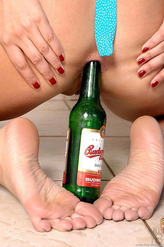 Фото бутылка в попу